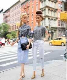 跟著芭比娃娃學穿搭,白背心配高腰褲,輕鬆擁有大長腿