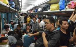 火車上的水和食物是平常的2倍,火車銷售員月入多少?曬出實情