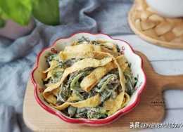 蒸野菜最忌直接拌麵,多加一步,蒸好的野菜顏色翠綠,不粘不坨