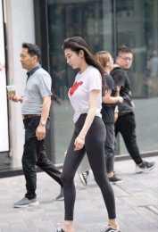 """穿""""滌綸""""打底褲的美女,換上了富有設計感的裙型,身段突出"""